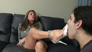 Mom trains daughters boyfriend how to suck toes